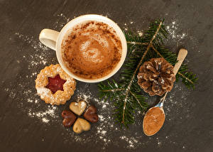 Fotos Neujahr Kekse Kaffee Cappuccino Schokolade Tasse Ast Zapfen Löffel Herz das Essen