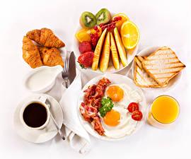 Bilder Kaffee Croissant Obst Fleischwaren Fruchtsaft Brot Weißer hintergrund Frühstück Tasse Spiegelei Teller
