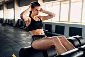 Bilder Fitness Braunhaarige Körperliche Aktivität Bauch Mädchens Sport