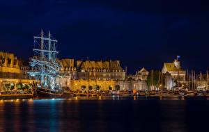 Fotos Frankreich Gebäude Schiffsanleger Schiffe Segeln Bucht Nacht Saint-Malo Brittany Städte