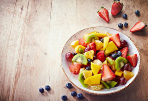 Hintergrundbilder Salat Obst Heidelbeeren Erdbeeren Bretter Teller Lebensmittel
