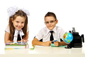 Fotos Schule Weißer hintergrund Zwei Junge Kleine Mädchen Lächeln Brille Globus Notizbuch Kinder