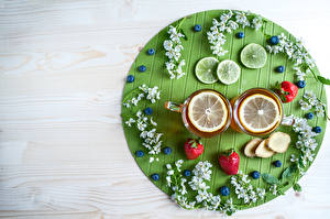Bilder Tee Zitrone Erdbeeren Heidelbeeren Bretter Tasse Ast Lebensmittel
