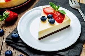 Hintergrundbilder Heidelbeeren Erdbeeren Dessert Stück Teller Cheesecake Lebensmittel