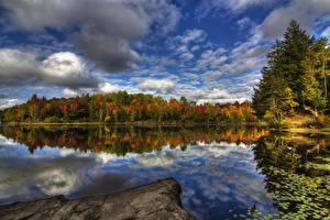 Fotos Kanada Flusse Wälder Herbst Himmel Quebec Wolke Spiegelung Spiegelbild Kingsbury Natur