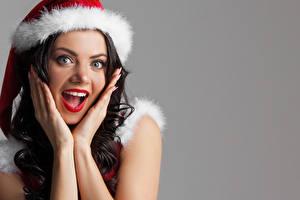 Fotos Neujahr Grauer Hintergrund Braune Haare Erstaunen Gesicht Hand junge frau