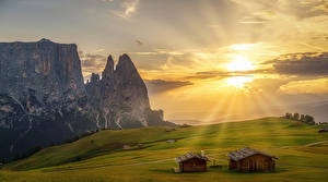 Hintergrundbilder Italien Sonnenaufgänge und Sonnenuntergänge Grünland Haus Himmel Alpen Felsen Lichtstrahl South Tyrol Natur