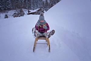 Bilder Winter Kleine Mädchen Schnee Schlitten Mütze Kinder