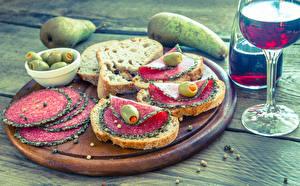 Fotos Butterbrot Birnen Brot Wurst Oliven Wein Bretter Schneidebrett Weinglas Lebensmittel