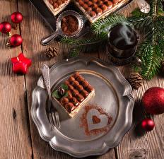 Fotos Neujahr Törtchen Süßware Bretter Teller Essgabel Trinkglas Kakaopulver Kugeln Zapfen Lebensmittel