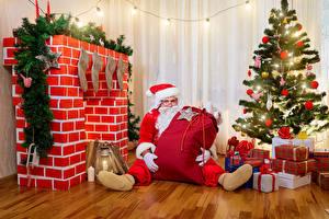 Hintergrundbilder Neujahr Christbaum Geschenke Weihnachtsmann Ast Laterne Lichterkette Sitzend Cheminée