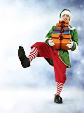 Bilder Neujahr Elfen Mann Uniform Geschenke Bein