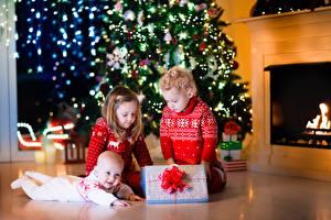 Papéis de parede Ano-Novo Feriados Menino Menina Três 3 Presentes Crianças