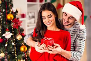 Bilder Neujahr Mann Liebe 2 Braune Haare Mütze Geschenke Lächeln Hand Mädchens