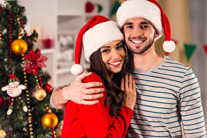 Hintergrundbilder Neujahr Mann 2 Mütze Lächeln Hand Glücklich Mädchens