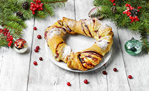 Fotos Neujahr Backware Beere Roulade Bretter Ast Zapfen Kugeln das Essen