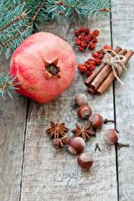 Bilder Neujahr Granatapfel Zimt Nussfrüchte Sternanis Mehlbeeren Bretter Lebensmittel