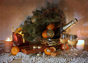 Fotos Neujahr Stillleben Kerzen Champagner Mandarine Bonbon Ast Geschenke Kugeln Weinglas Flaschen Lebensmittel