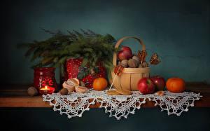 Hintergrundbilder Neujahr Stillleben Kerzen Mandarine Äpfel Dauerlutscher Weidenkorb Tisch Ast Lebensmittel