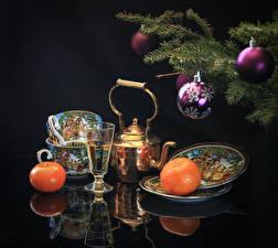 Hintergrundbilder Neujahr Stillleben Mandarine Pfeifkessel Schwarzer Hintergrund Ast Kugeln Tasse Teller Lebensmittel