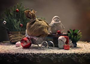 Bilder Neujahr Stillleben Schlitten Ast Geschenke Kugeln