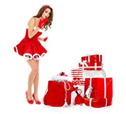 Bilder Neujahr Weißer hintergrund Braunhaarige Uniform Kleid Geschenke High Heels Erstaunen junge frau