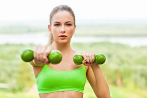 Fotos Fitness Hantel Trainieren Gesicht Blick Mädchens Sport