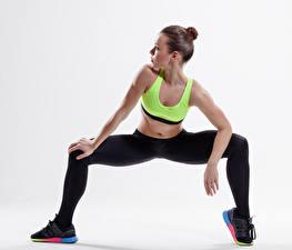 Hintergrundbilder Fitness Weißer hintergrund Braune Haare Sportschuhe Hand Bein Mädchens Sport