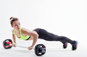 Hintergrundbilder Fitness Weißer hintergrund Braune Haare Körperliche Aktivität Liegestütz Sport Mädchens