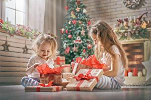 Papéis de parede Feriados Ano-Novo 2 Menina Presentes Sentados Crianças