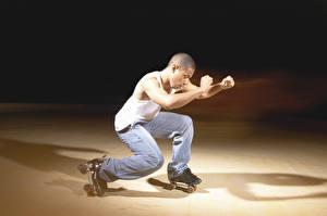 Fotos Mann Rollschuh Körperliche Aktivität Sport