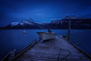 Hintergrundbilder Norwegen Fluss Gebirge Schiffsanleger Boot Nacht Skjerstadfjorden Natur