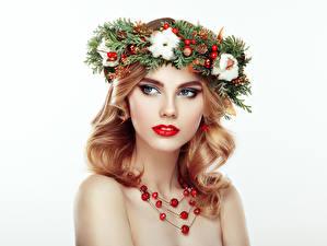Bilder Neujahr Schmuck Halskette Weißer hintergrund Blond Mädchen Ast Gesicht Mädchens