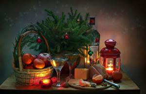 Bilder Neujahr Stillleben Mandarine Kerzen Äpfel Käse Schinken Nussfrüchte Ast Kugeln Weidenkorb Laterne Weinglas Lebensmittel