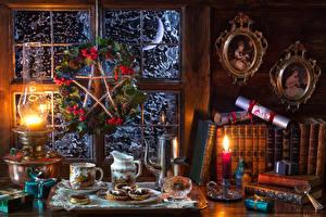 Bilder Neujahr Stillleben Süßigkeiten Törtchen Kerzen Petroleumlampe Eberesche Kanne Tasse Buch Lebensmittel