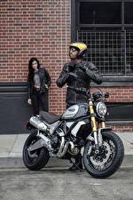 Bilder Ducati Mann Motorradfahrer Helm 2018 Scrambler 1100 Special Motorrad