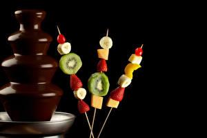 Hintergrundbilder Obst Schokolade Erdbeeren Kiwi Schwarzer Hintergrund Lebensmittel
