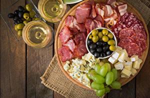Fotos Schinken Wurst Oliven Weintraube Wein Käse Bretter Weinglas Lebensmittel