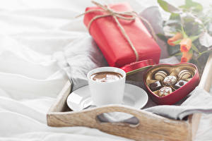 Fotos Feiertage Kaffee Bonbon Tasse Geschenke Herz Lebensmittel