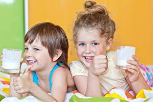 Hintergrundbilder Milch Finger 2 Kleine Mädchen Junge Trinkglas Lächeln Kinder