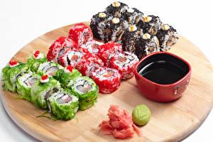 Fotos Meeresfrüchte Sushi Schneidebrett Sojasauce Lebensmittel