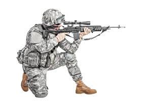 Fotos Soldaten Militär Schutzhelm Sturmgewehr Weißer hintergrund Uniform