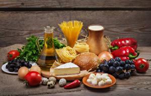 Fotos Stillleben Tomate Weintraube Oliven Brötchen Käse Kanne Ei Makkaroni Lebensmittel