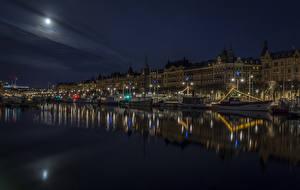 Hintergrundbilder Schweden Stockholm Haus Flusse Schiffsanleger Motorboot Binnenschiff Nacht Mond Straßenlaterne Städte