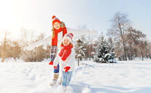Fotos Winter Kleine Mädchen Schnee Mütze Schal Lächeln kind