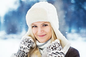Fonds d'écran Hiver Sourire Chapeau d'hiver Regard fixé Filles