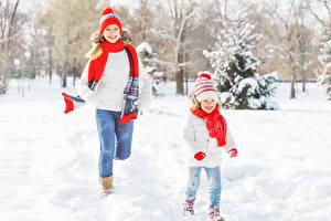 Bilder Winter Schnee Kleine Mädchen Mütze Schal Lächeln Kinder Mädchens