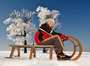 Hintergrundbilder Winter Schnee Schlitten Kleine Mädchen Mütze Kinder