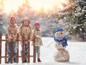 Hintergrundbilder Winter Schnee Drei 3 Kleine Mädchen Junge Schneemänner Glückliche Zaun Kinder