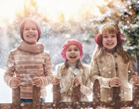 Hintergrundbilder Winter Drei 3 Junge Kleine Mädchen Schnee Lächeln Sweatshirt Mütze Kinder